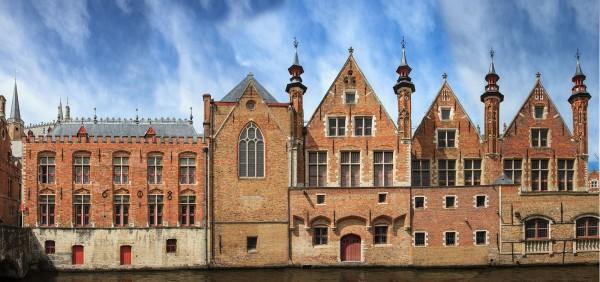 Aufnahme einer Häuserfront an einer Gracht am Steenhouserdijk als lineares Panorama