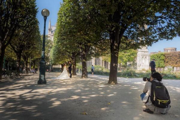 .. vor Notre-Dame , hinter Notre-Dame und auch links neben Notre-Dame