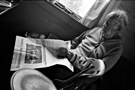 "Robert Frank prüft den Andruck der ""Süddeutschen Zeitung"" Mabou/Kanada, September 2014 Photo: © 2015 Gerhard Steidl"