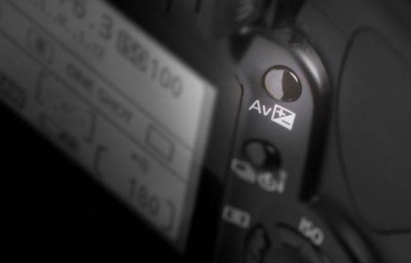 Illustration mit dem Schalter zur Belichtungskorrektur an einer Canon DSLR