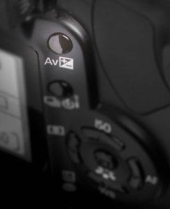 Illustration zum Schalter der Belichtungskorrektur an einer Canon DSLR